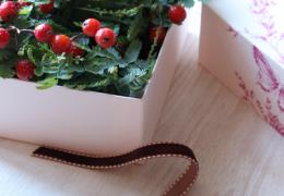 捨てられない箱を使った簡単クリスマスフラワーアレンジメント