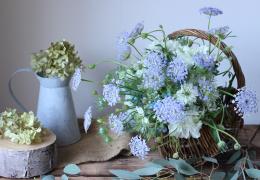 同じブーケでも花器が違うと雰囲気が変わります。